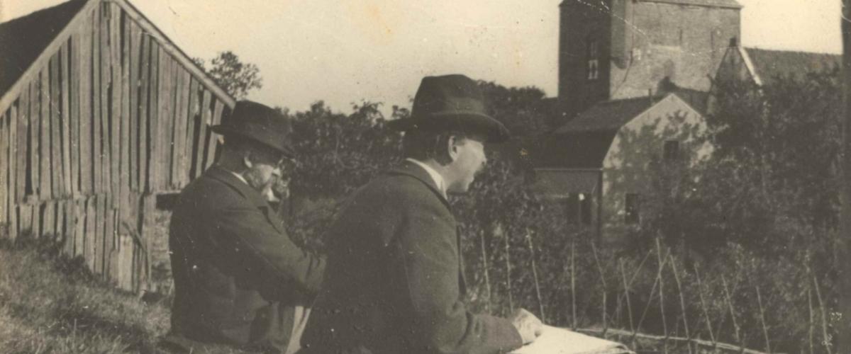 Anoniem, Nicolaas Bastert en Geo Poggenbeek aan het schetsen bij Vianen, 3 oktober 1899, collectie RKD