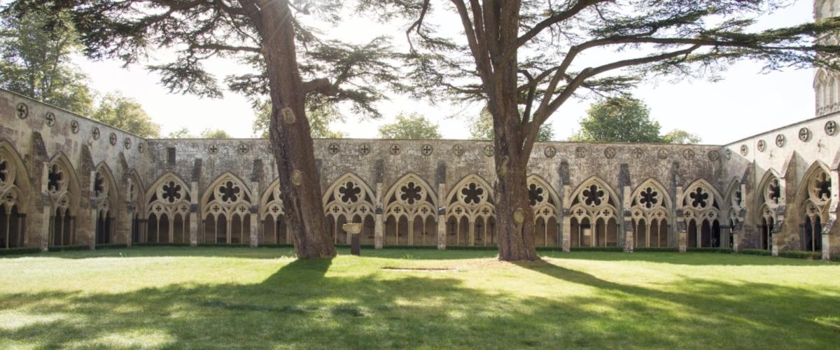 The court chapel across religious boundaries